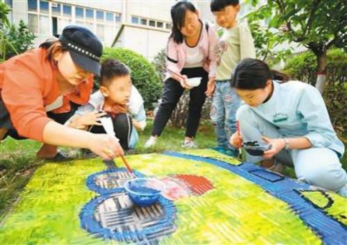 """西安孤独症儿童变身""""小画家"""",给井盖涂鸦添""""彩衣"""""""