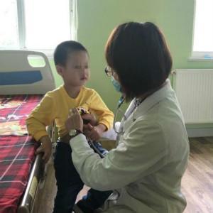 被遗弃在杭州肯德基的自闭症男孩,正在医院接受检查