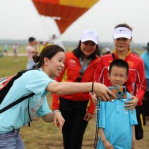 世界冠军王鑫、杨秀丽和张阳梅陪自闭症儿童登上热气球