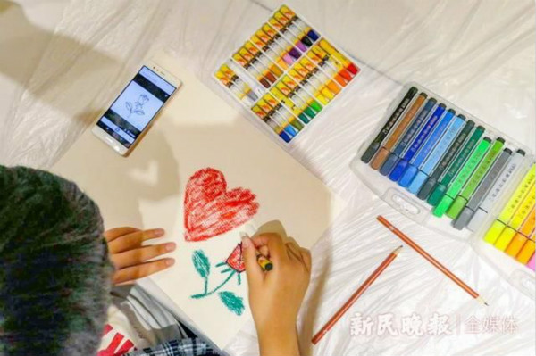 上海自闭症儿童集体作画,母亲节送给妈妈