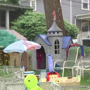 自闭症孩子的父亲收到匿名信,因草坪上玩具太多被邻居投诉