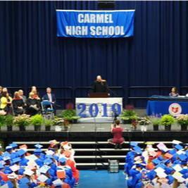 美国自闭症少年怕噪音,毕业典礼上同学无声鼓掌
