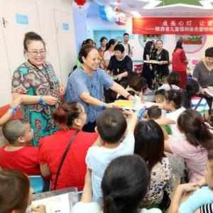 全国残疾预防日前夕,西安志愿者为100名自闭症孩子上美术课