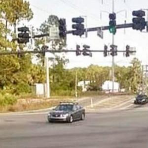 美国妈妈带两个自闭症孩子自杀,开车撞向油桶