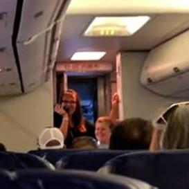 美国自闭症男孩在飞机上用对讲机一展歌喉
