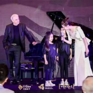 意大利钢琴家Angelo molino为自闭症儿童进行音乐治疗(一)