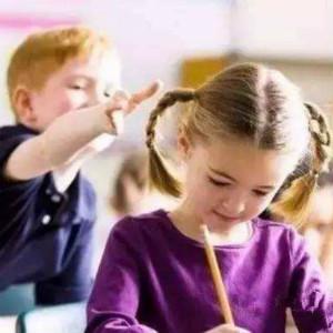 如何预防自闭症儿童的问题行为(为了寻求关注或获取实物)