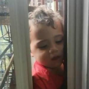 自闭症儿童坠亡事故差点上演,幸得妈妈和邻居救回