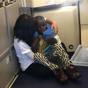 美国自闭症男孩在飞机上哭闹,父母束手无策,直到她出现