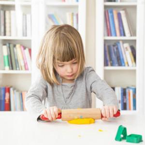 如何在家训练自闭症儿童的手指精细动作