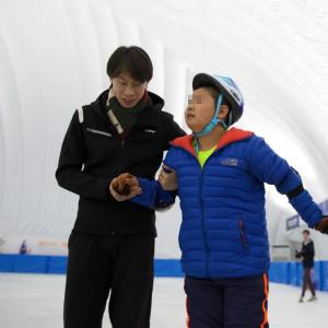 庞清佟健冰上艺术中心助自闭症孩子走上冰场